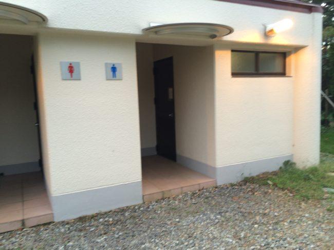 だるま山高原キャンプ場トイレ入口 (2)