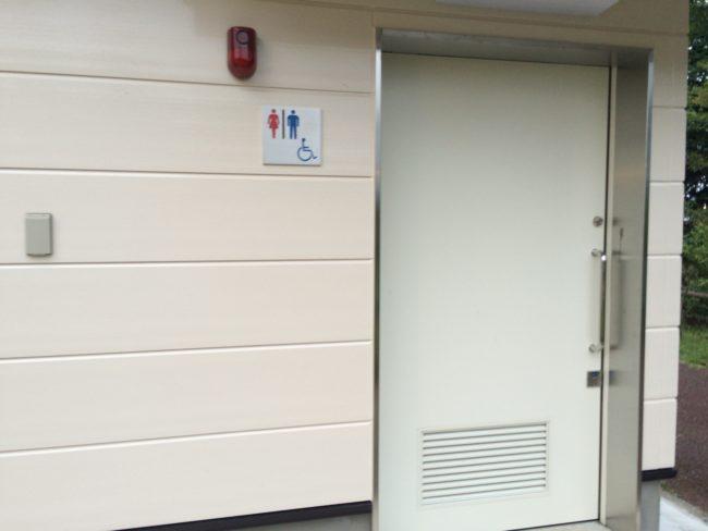 だるま山高原キャンプ場洋式トイレ入口