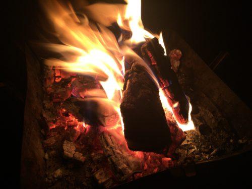 キャンプ黄金崎で焚き火