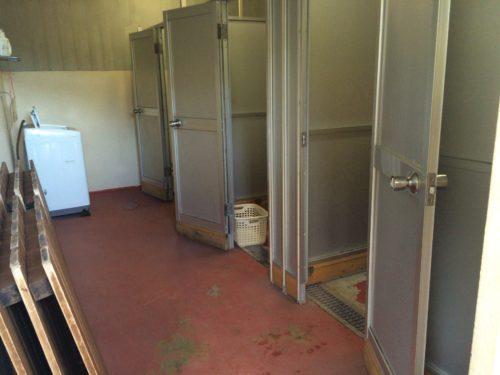 キャンプ黄金崎シャワー室入口