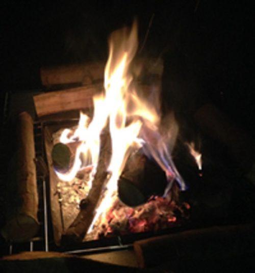 松之山キャンプ場で焚き火