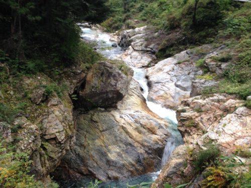 蝉の渓谷 岩からの流れ