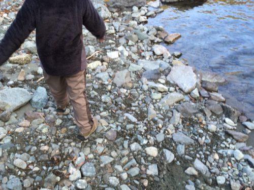 神之川キャンプ場 で川沿いを散歩