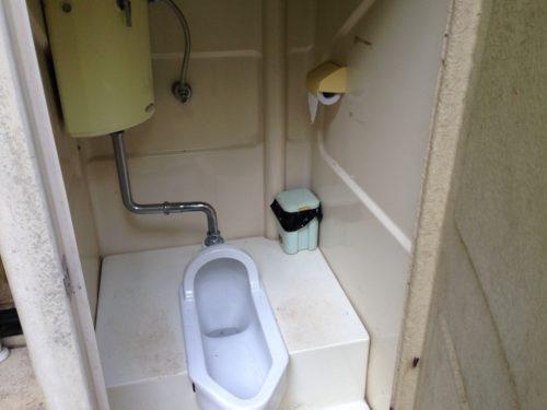 なんもく村自然公園キャンプ場場内の簡易トイレの中
