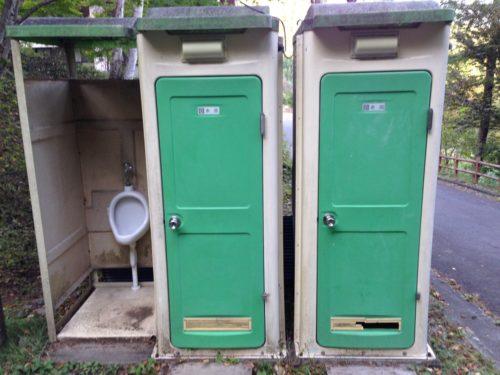 なんもく村自然公園キャンプ場場内の簡易トイレ入口