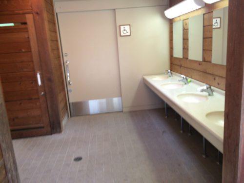 みどりの村キャンプ場トイレ入口