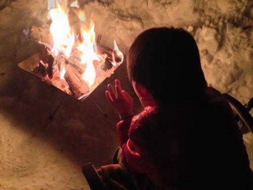 雪キャンプで焚き火