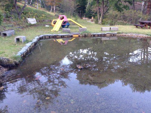 なんもく村自然公園キャンプ場 にある池と遊具