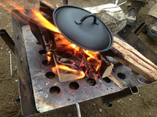 焚き火でちびパンの蓋を温める