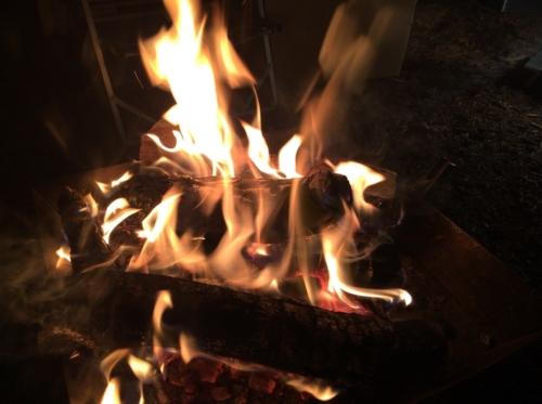 キャンピカ明野ふれあいの里 アウトドアキッチンサイトワイドでの夜の焚き火