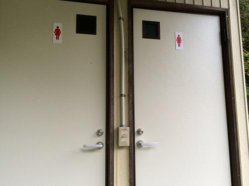 音久和キャンプ場のトイレ入口