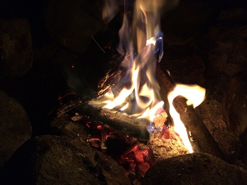 音久和キャンプ場で直火で焚き火