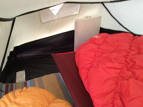 Colman Aravis 3のテント内にコットとセラミックヒーターを置けるスペース