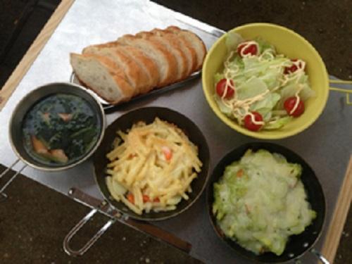 ちびパンで簡単アボカドグラタンとほうれん草とソーセージのコンソメスープのできあがり