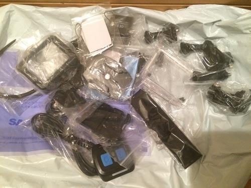 たくさんの付属品がついているアクションカメラ