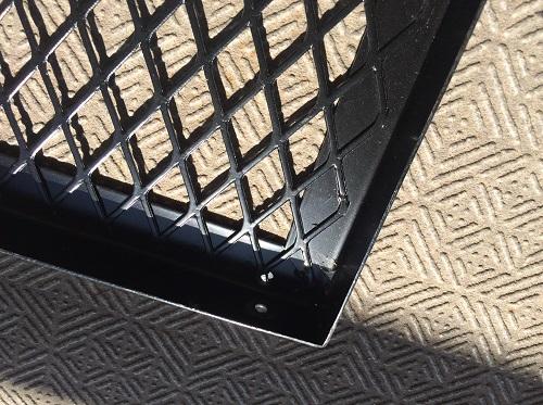 壊れた状態のグリルテーブルのねじ部分