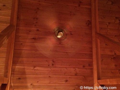 ホテルアンビエント蓼科コテージの天井で回るシーリングファン