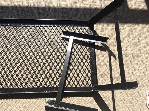 壊れた状態のグリルテーブル
