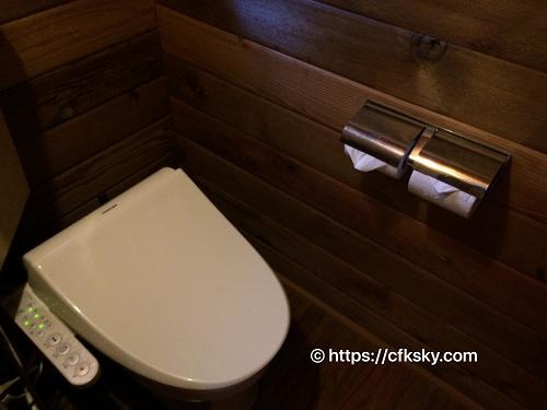 キャンピカ明野ふれあいの里ログキャビン・ロフト のウォシュレット付きのトイレ