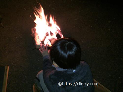 イレブンオートパキャンプパークキャンプ場で母子だけの焚き火を楽しむ