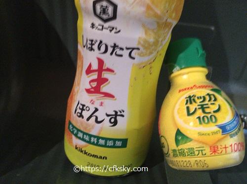牡蠣を食べるポン酢とレモン汁
