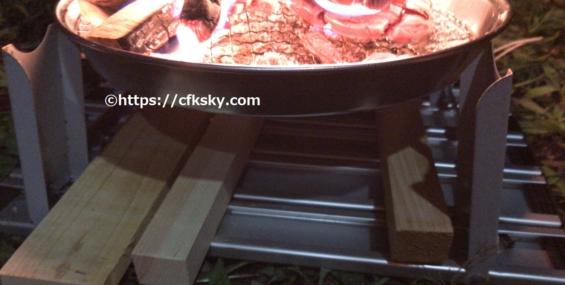 自作した焚き火台とキャプテンスタッグのアルミ―ローテーブルの組み合わせ