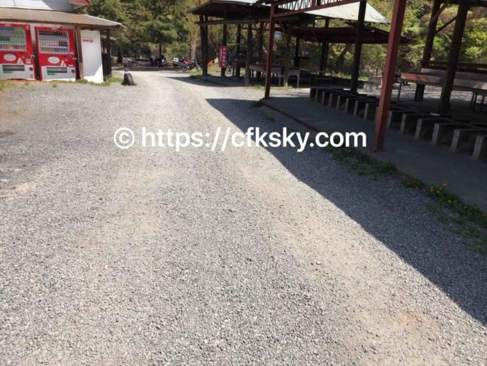 青根キャンプ場のフリーサイトとバンガロー側の炊事場
