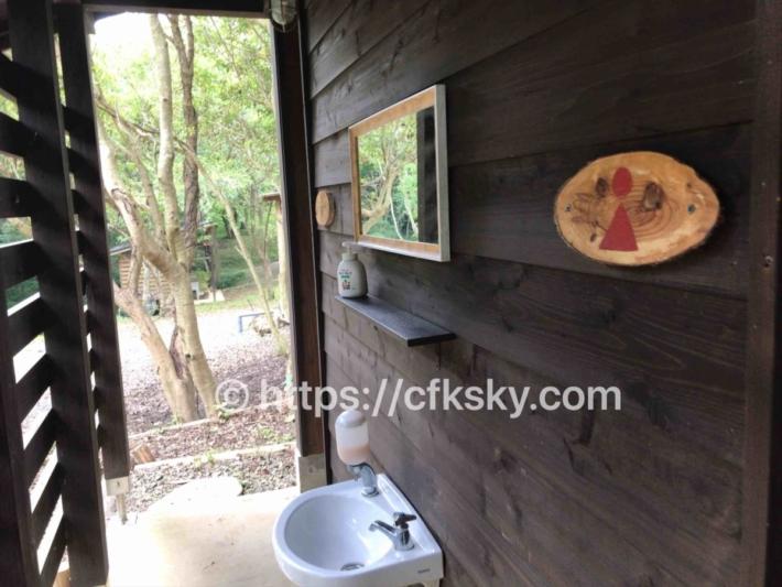 ぼっちの森キャンプ場のトイレ入口手洗い場