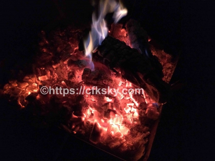 ぼっちの森のでキャンプを楽しんで焚き火三昧な夜