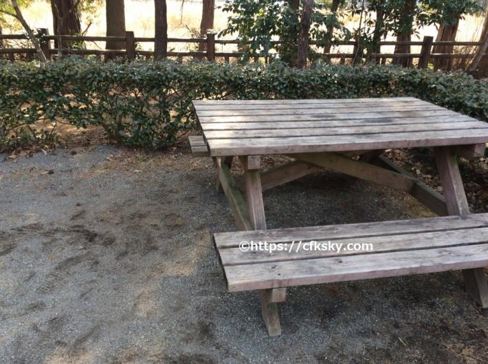 那須野が原公園オートキャンプ場のオートサイトにある移動ができる椅子とテーブル