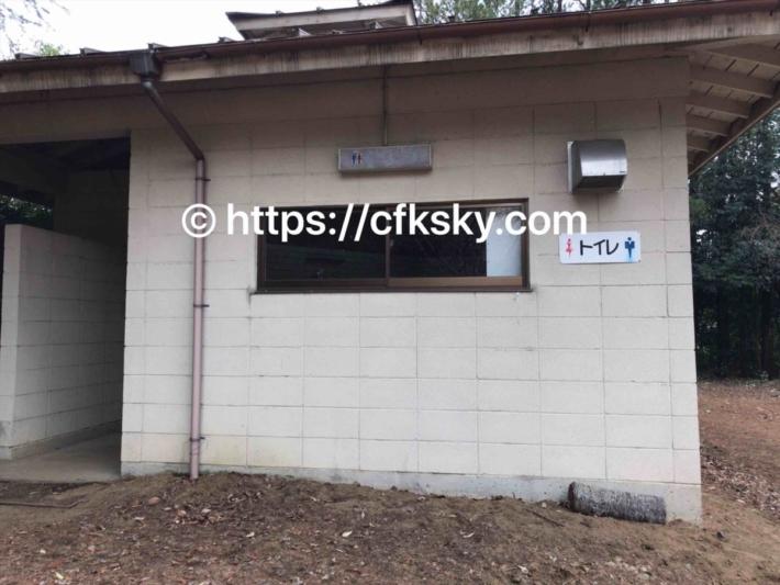 上野沼やすらぎの里キャンプ場の第1オートキャンプ場内にあるトイレ