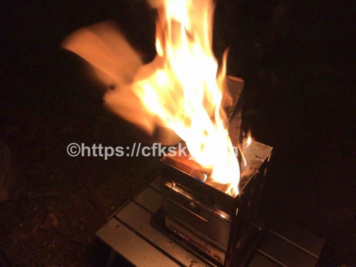 折りたたみ焚き火台をキャプテンスタッグのアルミローテーブルにのせて使っていみた