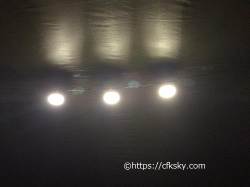 LEDランタンの光を反射するシルバー加工されたタープ