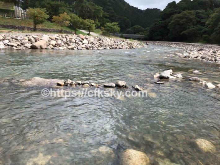 かもしかオートキャンプ場の目の前にある川で遊ぶ