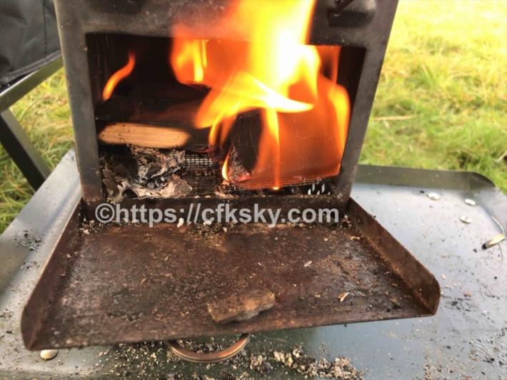 焚き火台にのせて朝食に焼鮭をつくった