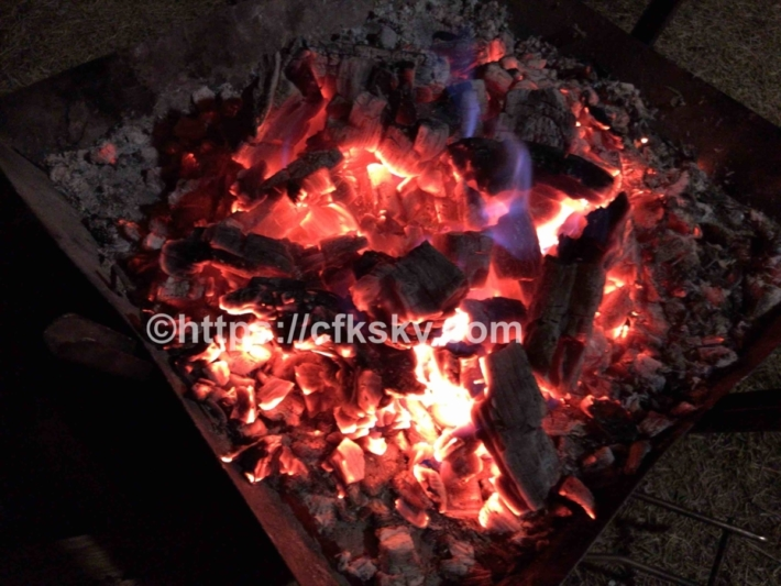 広葉樹での焚き火は熾火も暖かい