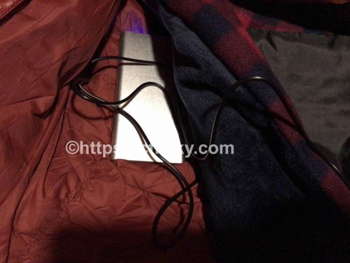 モバイルバッテリーに接続したUSBブランケットをそのまま寝袋に入れた