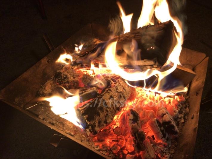 氷点下の冬キャンプでも電源なしのサイトで暖かく朝まで眠れたキャンプでの焚き火