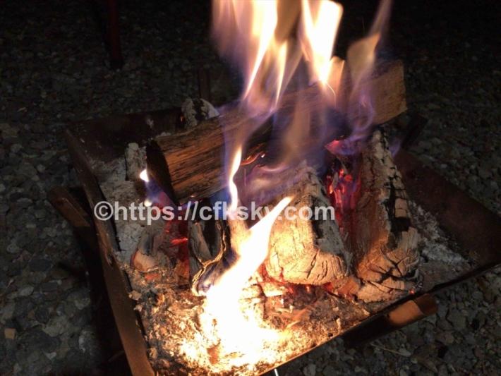 黒坂から別のキャンプ場で無事にキャンプができて焚き火中