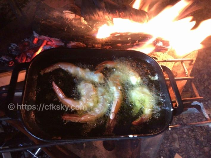 えびの天ぷらをキャンプで焚き火をつかってつくってみた
