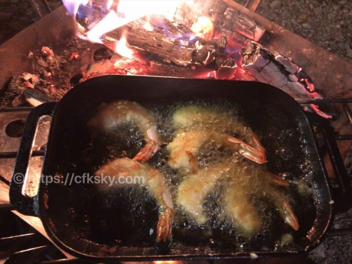 コンボクッカーを使ってキャンプで焚き火料理の天ぷらメニュー