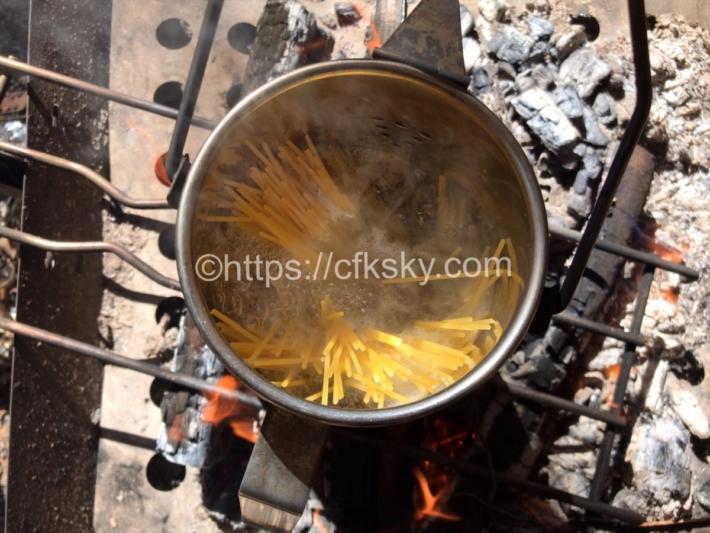 焚き火料理のスープパスタ乾麺