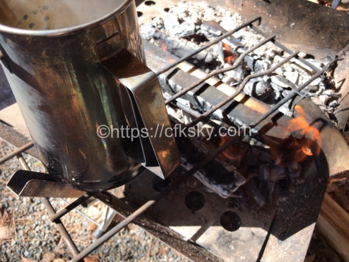 焚き火の炎の真上から少しケトルをずらして乾麺のゆであがりをまつ