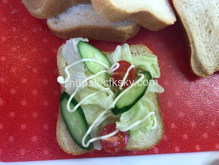 チックデリ鳥忠さんの、淡路どりの炭火たたきを使ってサンドイッチつくり
