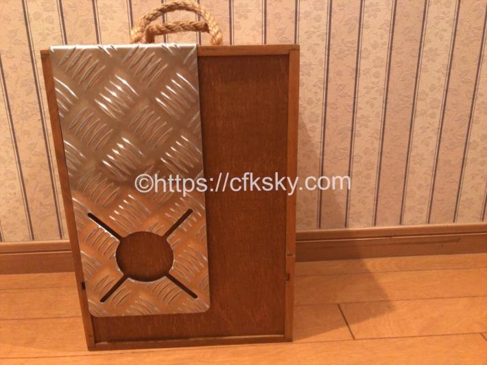 テンマクデザインのソルムの側面にシングルバーナーの遮熱板をかけて持ち運び