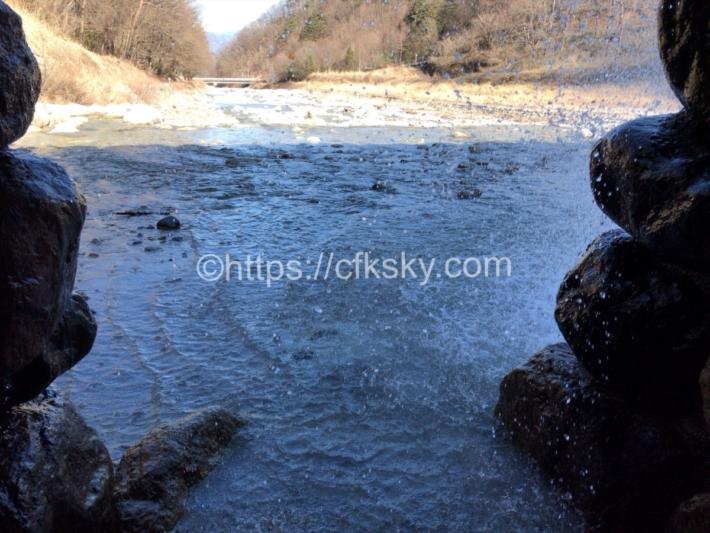 尾白川えん堤にある滝