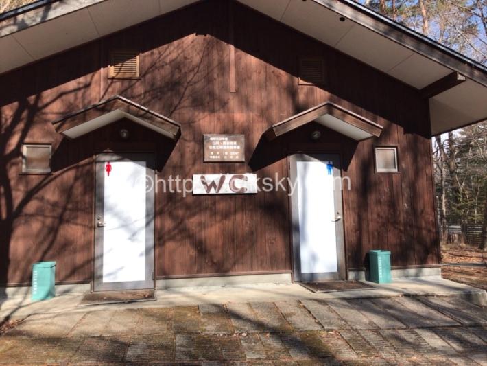 白州・尾白の森名水公園べるが 尾白の森キャンプ場にあるトイレ入口