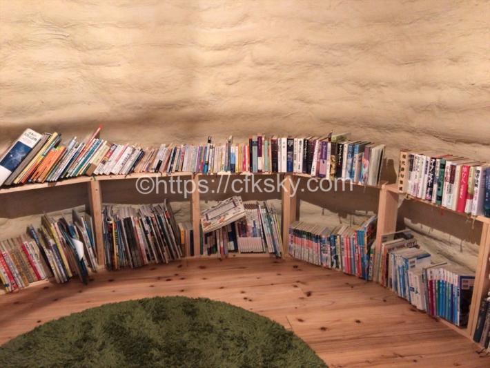 尾白の森キャンプ場にある森の図書館の中