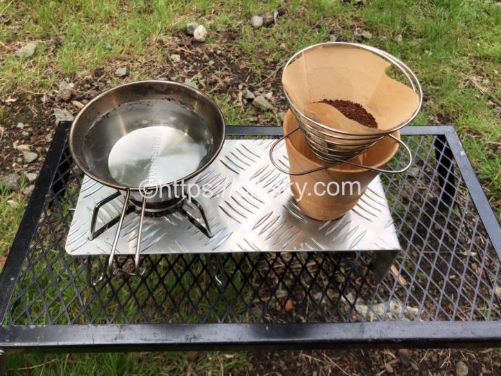 シングルバーナーのアルミ縞板の遮熱版が小さなテーブルとしても使えて便利
