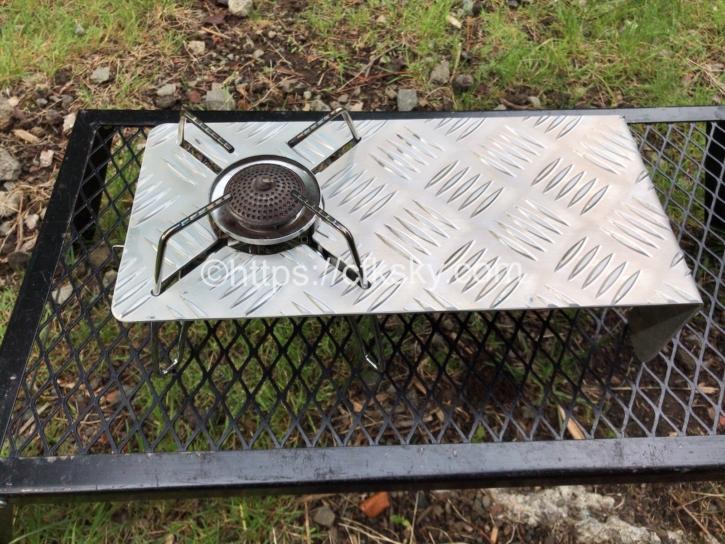 SOTOのST-310で便利に使えるアルミ縞板の遮熱板